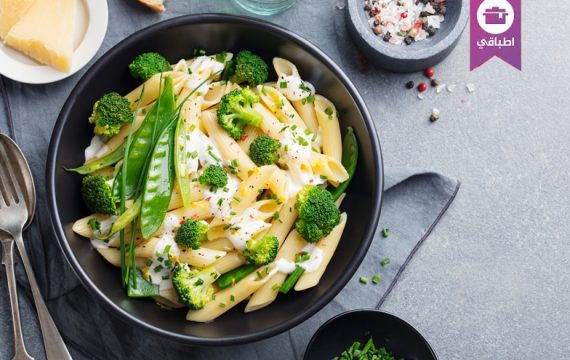 Pasta with green vegetables and creamy sauce